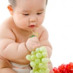 Chubby_baby_with_fruits