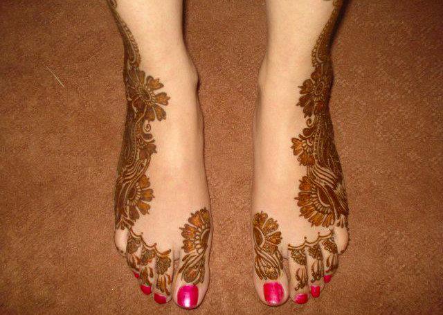 Stylish Arabic Mehandi Design on the side of feet