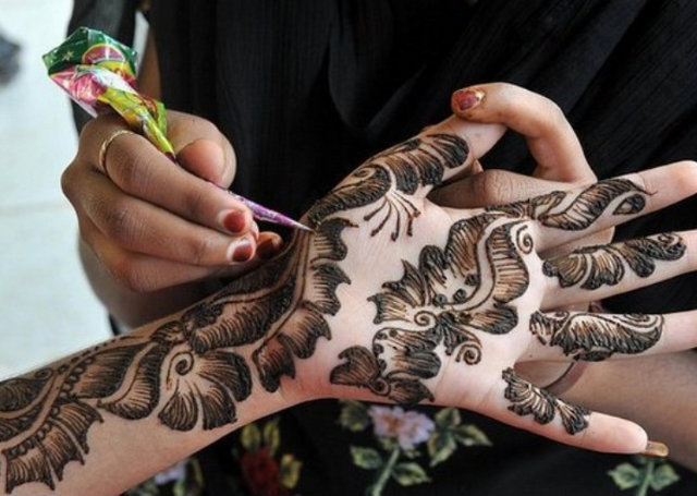 Arabic Mehandi Design featuring shaded leaves
