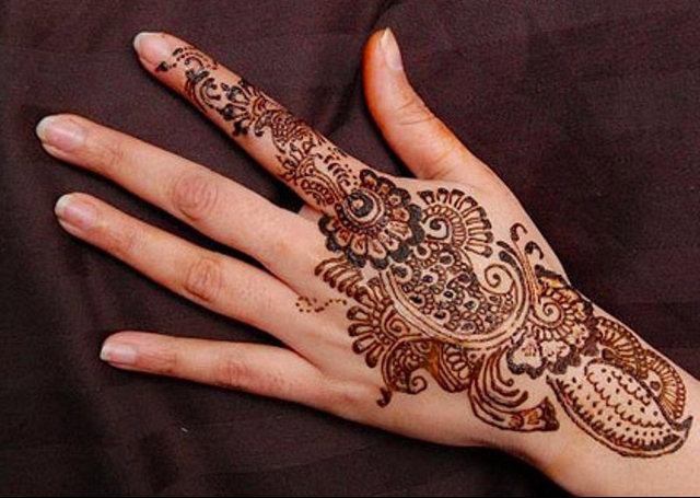 Arabic Mehandi Design featuring an intricate bail pattern