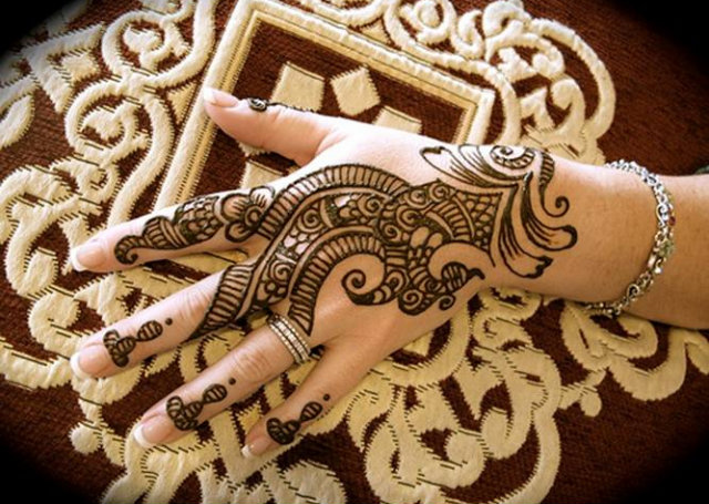 Intricate Arabic Mehandi Design featuring linear patterns