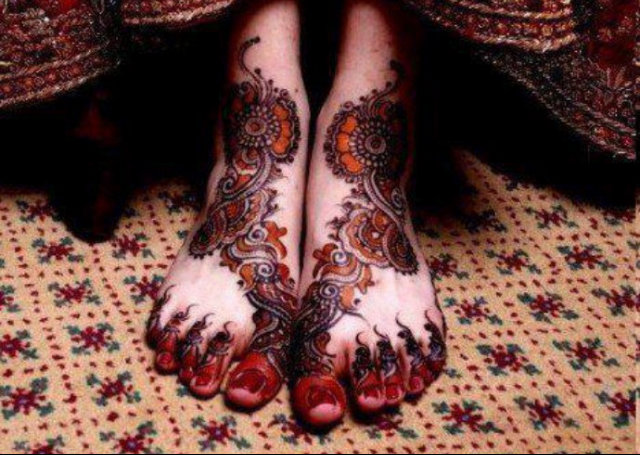 Arabic Mehandi Design featuring a shaded bail pattern on the feet