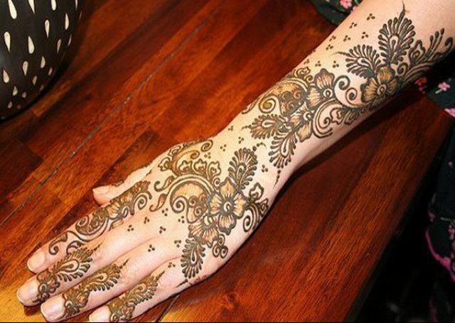 Arabic Mehandi Design featuring foliage pattern and small dots
