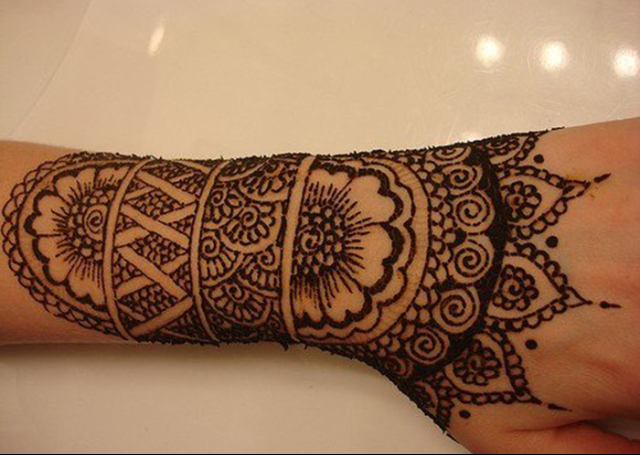 Best Arabic Mehandi Design with an amalgamation of patterns