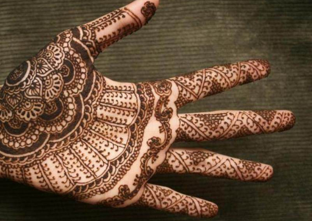 Best Arabic Mehandi Design with layers of round and net motif