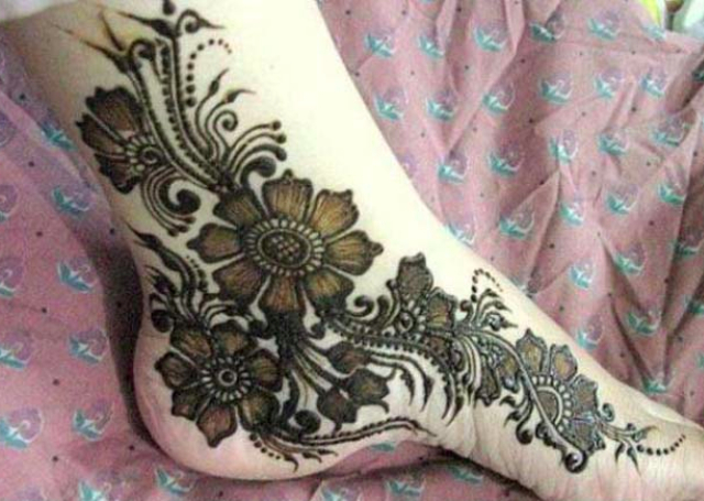 Best Arabic Mehandi Design featuring shaded flowers on the feet