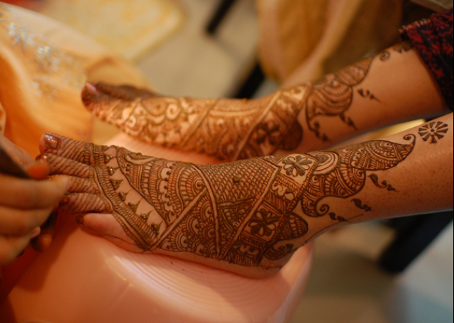 Best Arabic Mehandi Design on the feet featuring well defined lines
