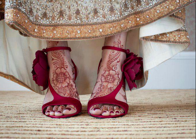 Best Arabic Mehandi Design with a floral bail on the feet
