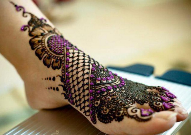 Best Arabic Mehandi Design featuring jaali pattern, shading and colored stones