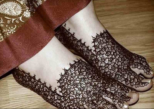 Best Arabic Mehandi Design featuring intricate flowers on the feet