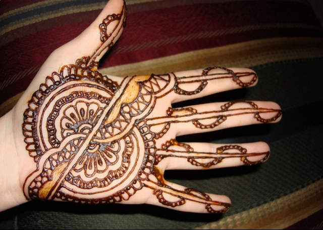 Best Simple Mehandi Design with half circular pattern on palm