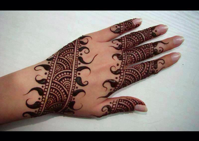Best Simple Mehandi Design with banded motif highlighted by ambi pattern