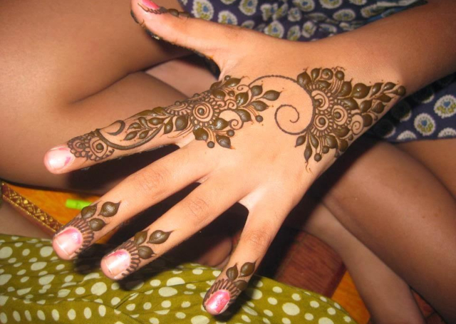 Best Simple Mehandi Design with cluster of tiny leaves