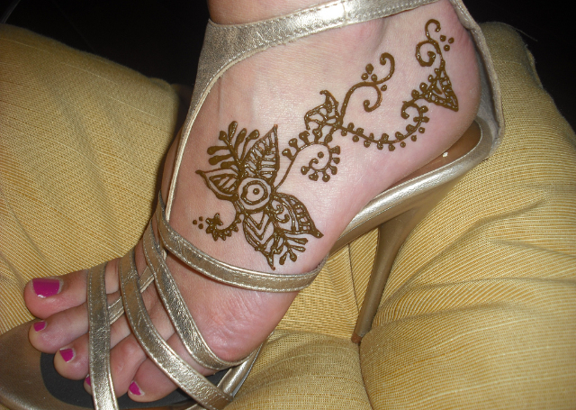 Best Simple Mehandi Design with beautiful floral motif for the feet