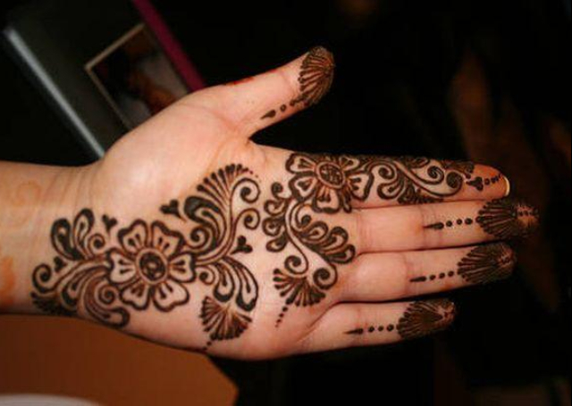 Best Simple Mehandi Design with flower motifs in bail pattern