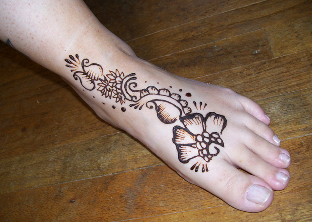 Best Simple Mehandi Design with easy flower and mango motif