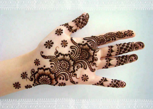 Best Simple Mehandi Design featuring cute floral motifs