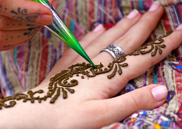 Look Elegant with 16 Best & Simple Mehandi Designs