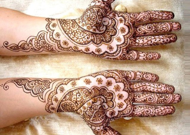Bridal Mehandi Design with mirror peacock art with creepers on the fingers.
