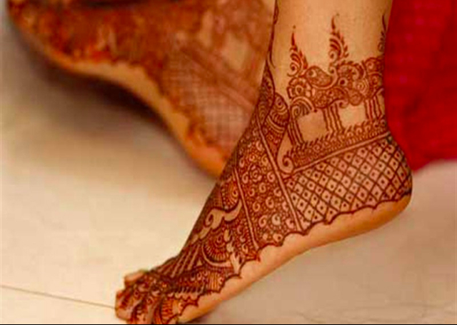 Bridal Mehandi Design with traditional jaali pattern on feet