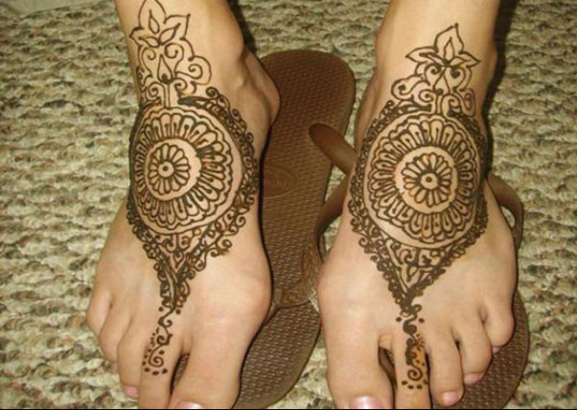 Beautiful Bridal Mehandi Design resembling Kolhapuri footwear