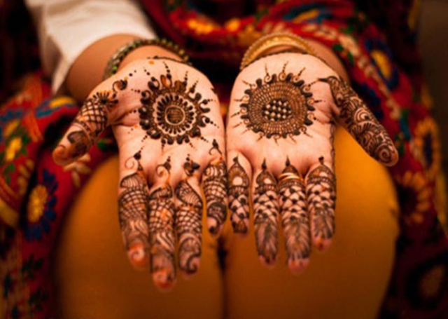 Cool Arabic Mehandi Design with intricate patterns on the fingers