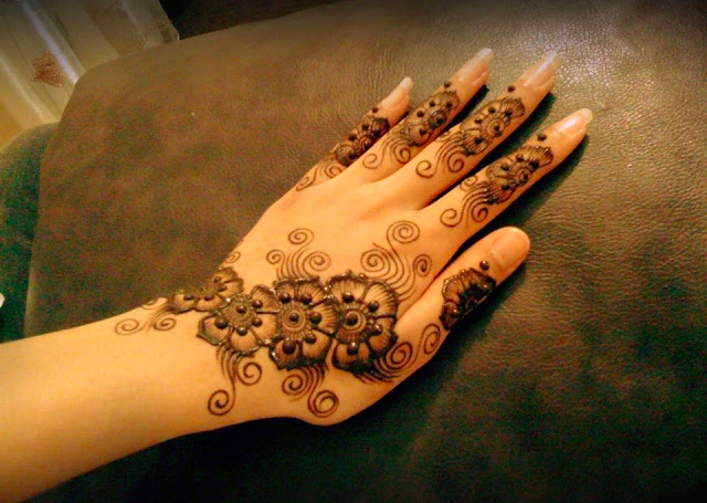 Cool Arabic Mehandi Design featuring shaded flowers and curls