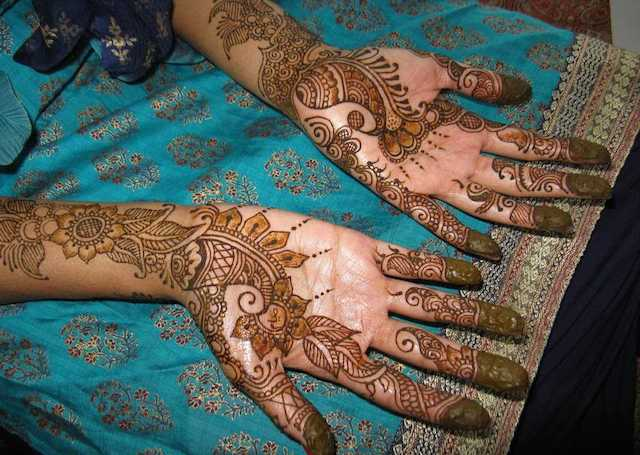 Cool Arabic Mehandi Design featuring mango motif