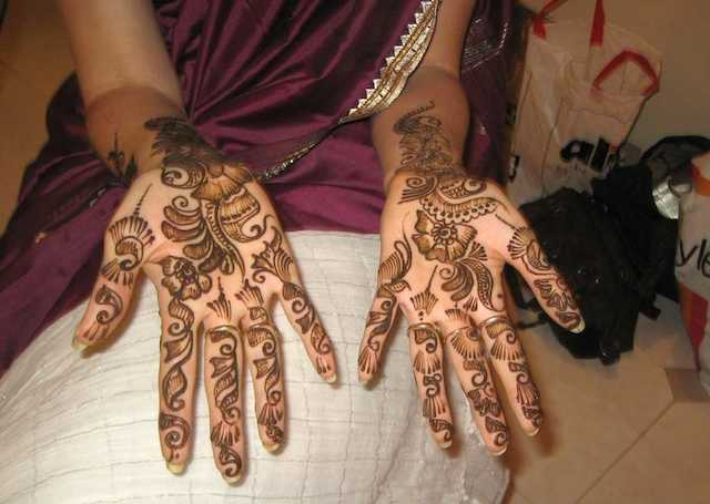 Cool Arabic Mehandi Design apt for sangeet or engagement functions