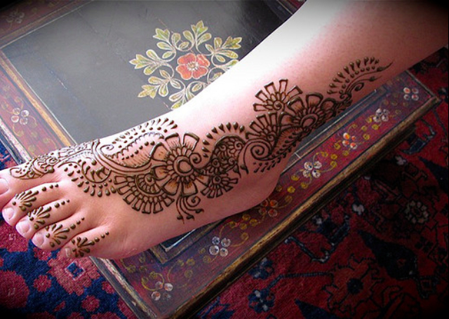 Latest Arabic Mehandi Design covering the feet in a creeper pattern