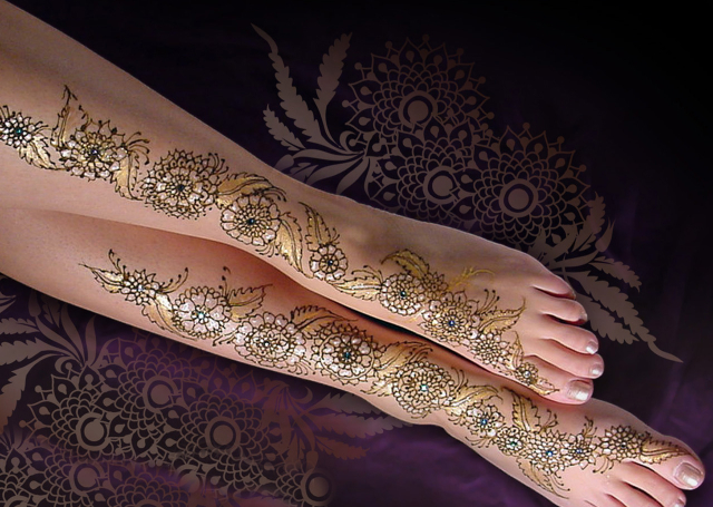 Latest Arabic Mehandi Design with creeper pattern covered with gold glitter