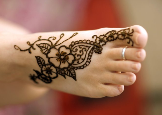 Latest Arabic Mehandi Design with simple floral motif tapering to the big toe