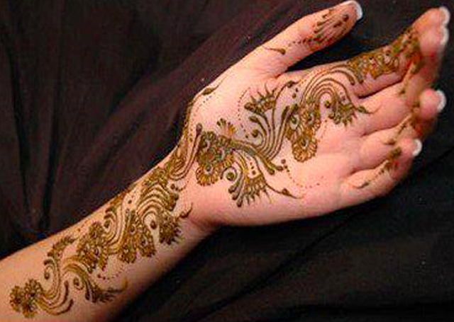 Latest Arabic Mehandi Design featuring unconventional wavy pattern