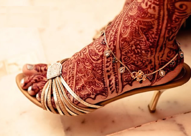Latest Mehandi Bridal Design with full-legged  pattern