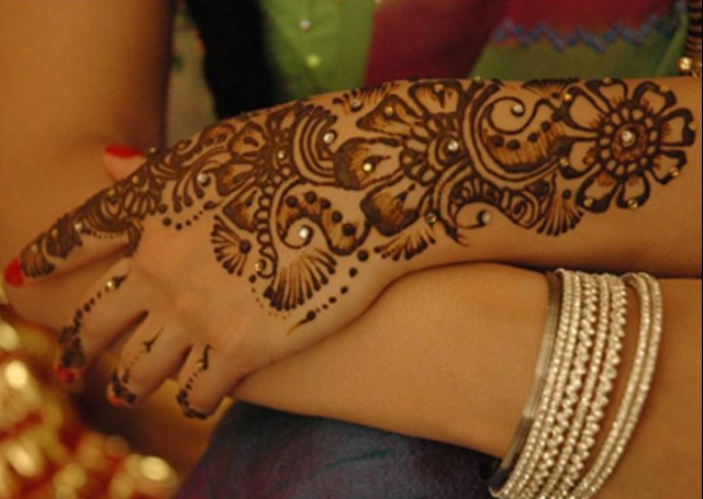 Latest Mehandi Bridal Design with shaded floral motif and stones
