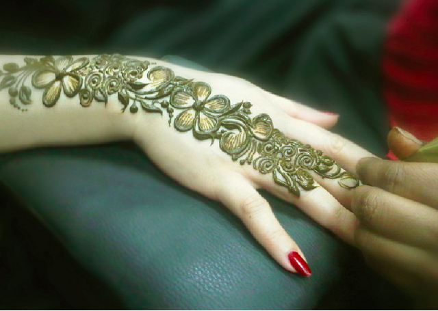 Latest Mehandi Bridal Design featuring shaded floral bail