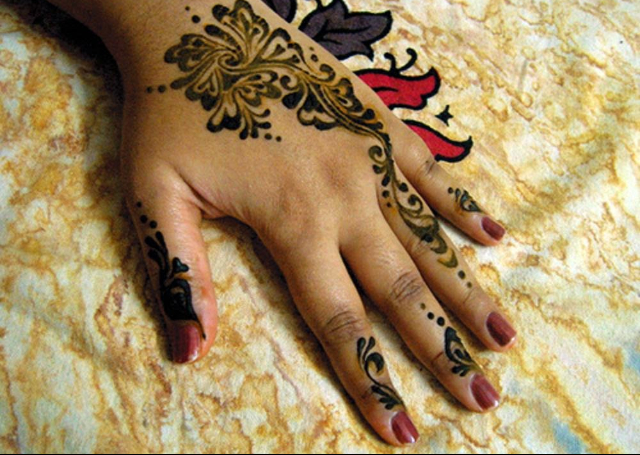 Simple Mehandi Design featuring blooming buds pattern