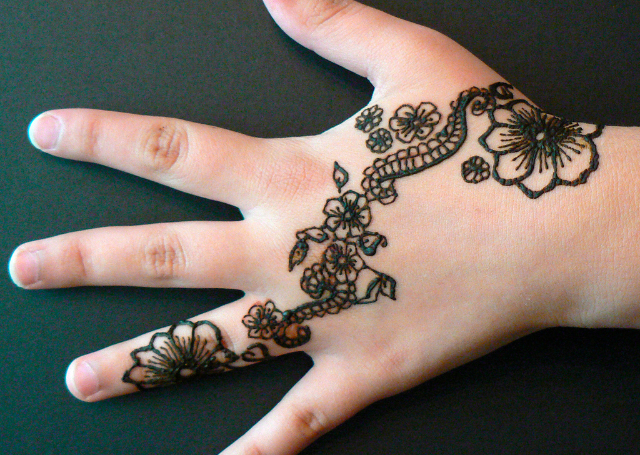 16 simple and elegant mehandi designs for your hands indusladies simple mehandi design with colourful bail design thecheapjerseys Image collections