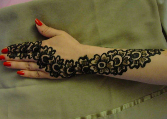 Simple Mehandi Design with string of flower design