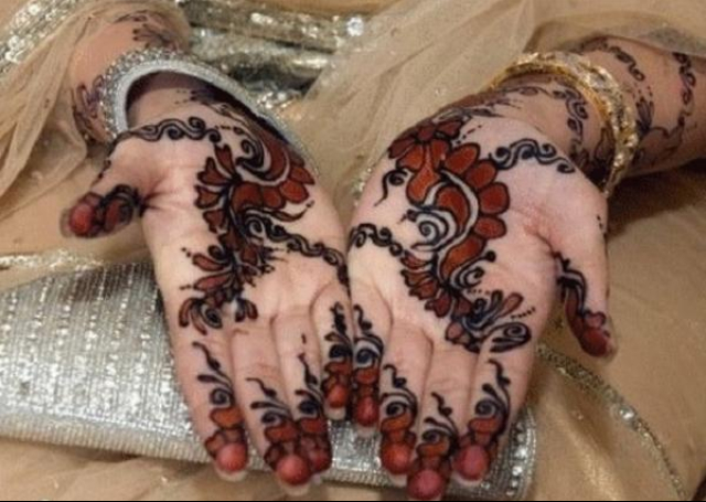 Creeper motif with black mehendi