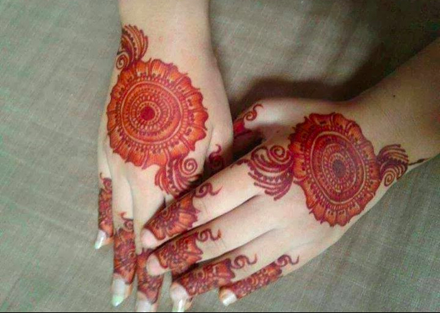 Round Mehendi design with flowers