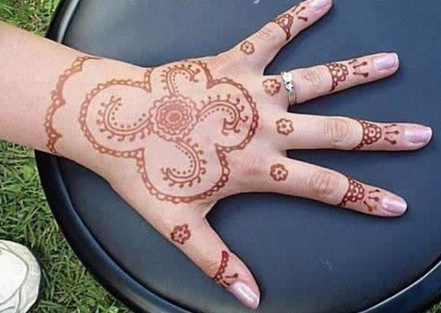 Flowers in a net motif Mehandi