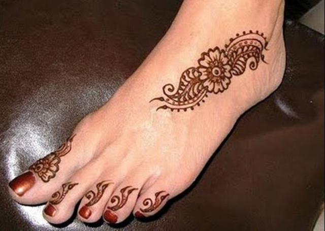 Mehndi Ankle Image : Striking arabic mehndi designs for legs and feet
