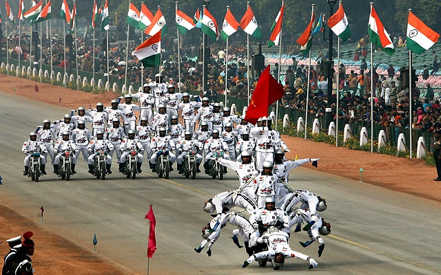 Daredevil motorcycle riders perform during the full dress rehearsal for the Republic Day parade in New Delhi January 23, 2009. India will celebrate its Republic Day on Monday. REUTERS/B Mathur (INDIA)